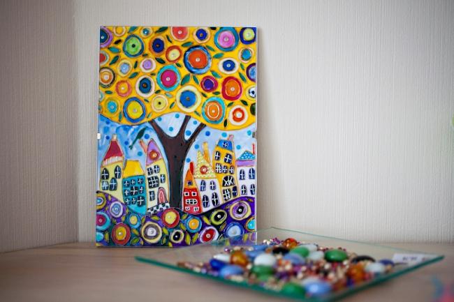 Un ensemble original d'un pichet avec des verres aux couleurs vives
