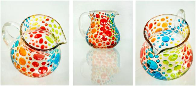 Des morceaux de verre multicolores scintillant au soleil donnent des effets de couleur et de lumière uniques