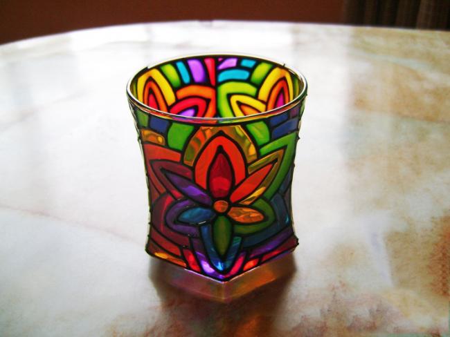 Grâce aux peintures pour vitraux, un objet en verre ordinaire peut être transformé en un gadget de designer.