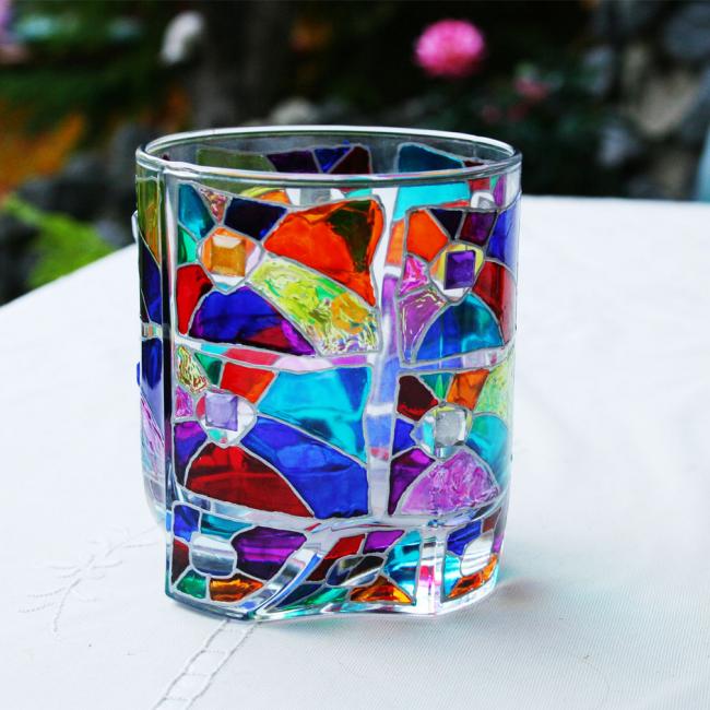 Décor d'un verre sous whisky avec peintures et perles de vitraux