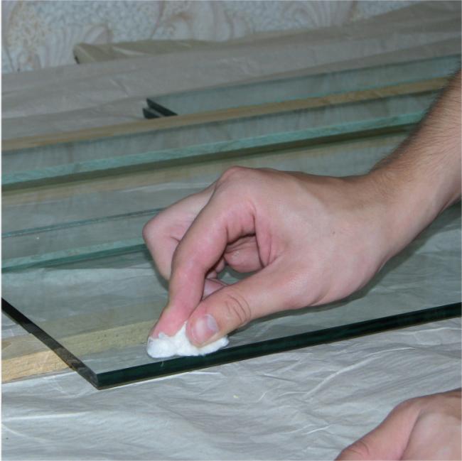 Préparation d'une surface en verre pour l'application de peintures pour vitraux