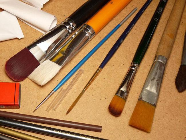 Tous les pinceaux conviennent à la peinture sur vitrail, même ceux de maquillage.