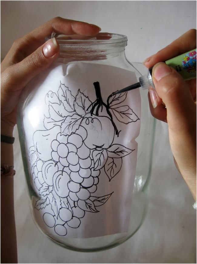 À l'aide d'un pochoir, vous pouvez immédiatement appliquer un dessin avec de la peinture de contour sur le verre