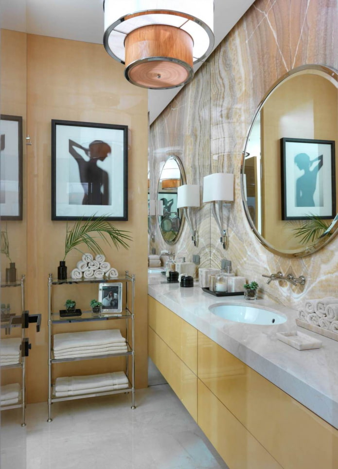 salle de bain avec des meubles brillants jaune clair