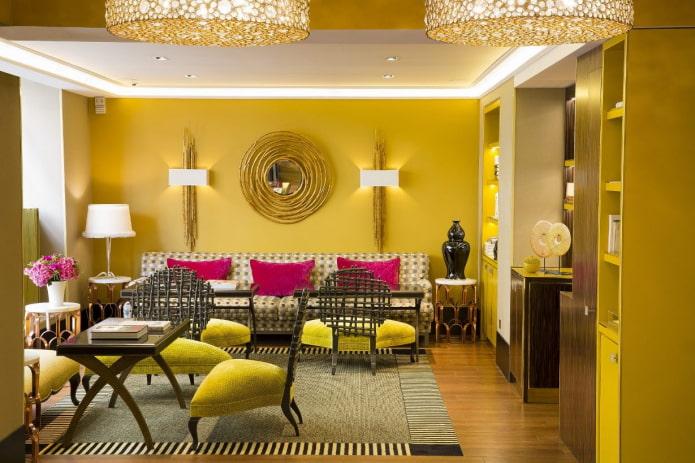 salon dans des tons jaune verdâtre avec des coussins de canapé fuchsia