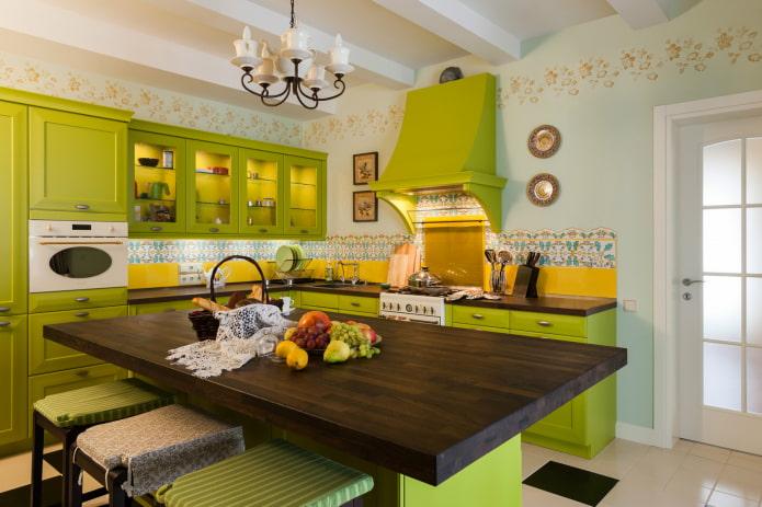 cuisine avec mobilier vert clair et tablier jaune