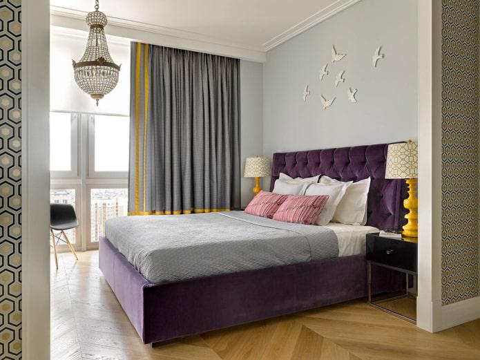 chambre aux accents violets et jaunes