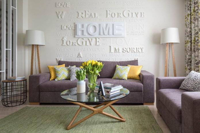 salon avec meubles rembourrés lilas et oreillers jaunes