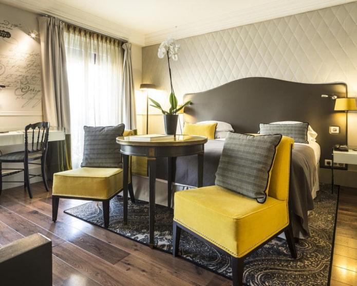belle combinaison de couleurs jaune et gris foncé dans la chambre