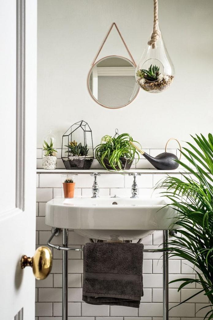 étagère dans la salle de bain pour les fleurs