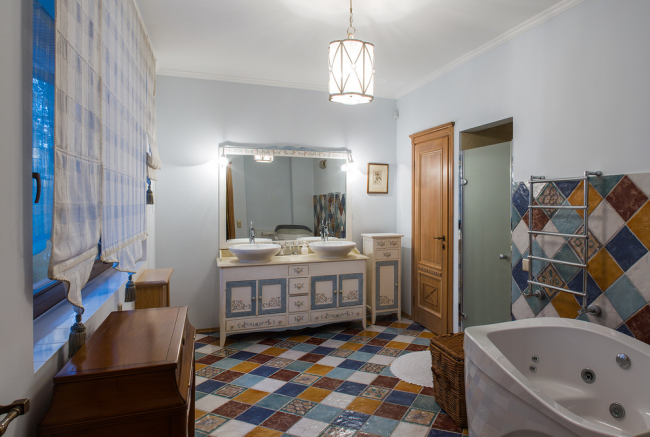 Mosaïque lumineuse dans une salle de bain spacieuse
