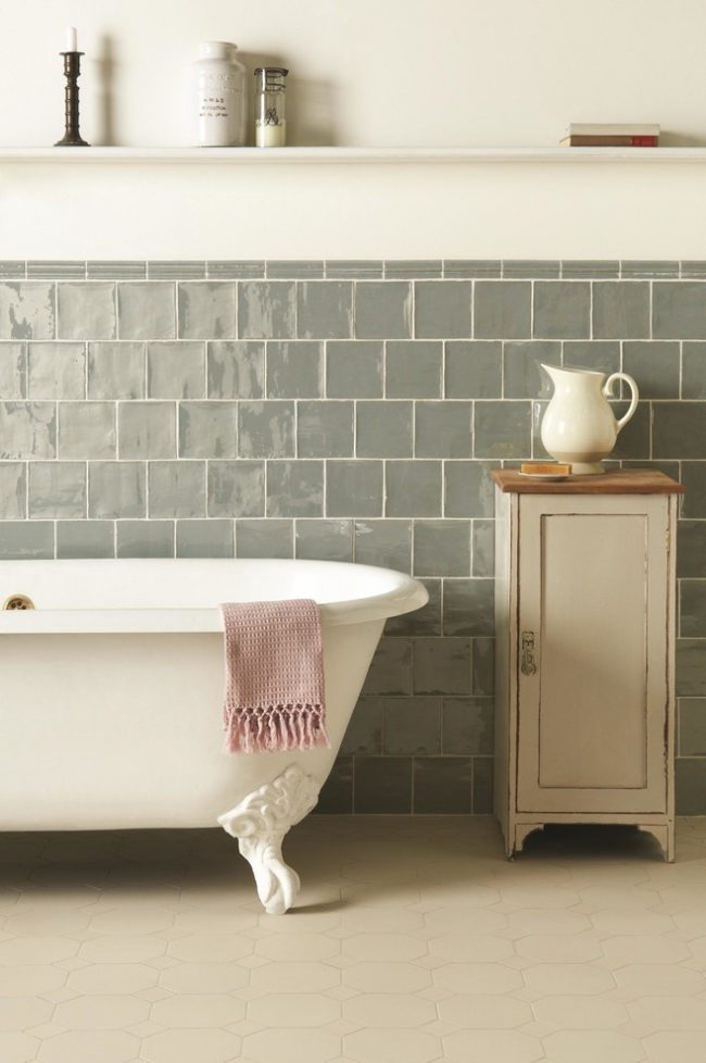 Belle décoration murale dans une salle de bain de style provençal