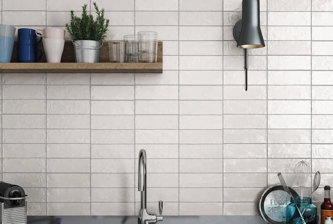 Tablier brillant blanc dans la cuisine moderne
