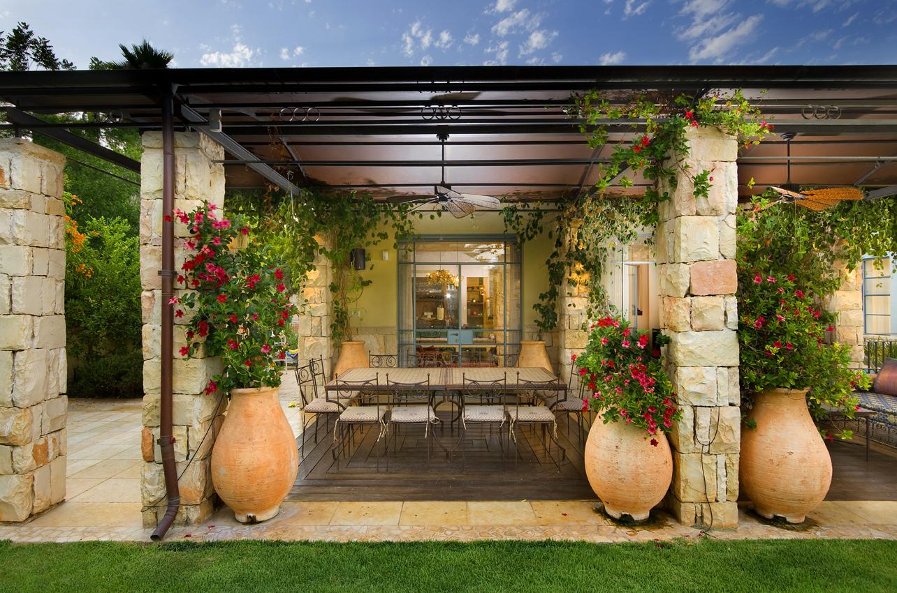 Les amphores à fleurs, parfois aussi appelées parterres de fleurs mobiles, sont une excellente solution décorative pour tout style d'aménagement paysager.