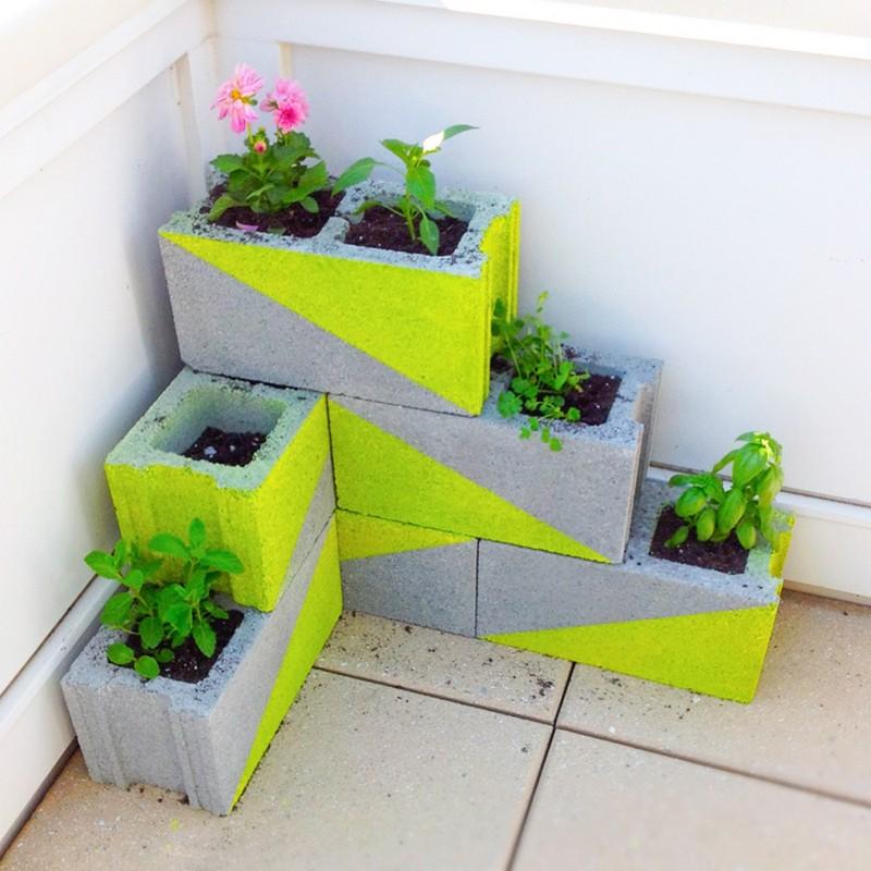 Les blocs de béton peuvent également être utilisés comme pot de fleurs, en utilisant des couleurs vives pour eux, ils deviendront un élément de décor indispensable