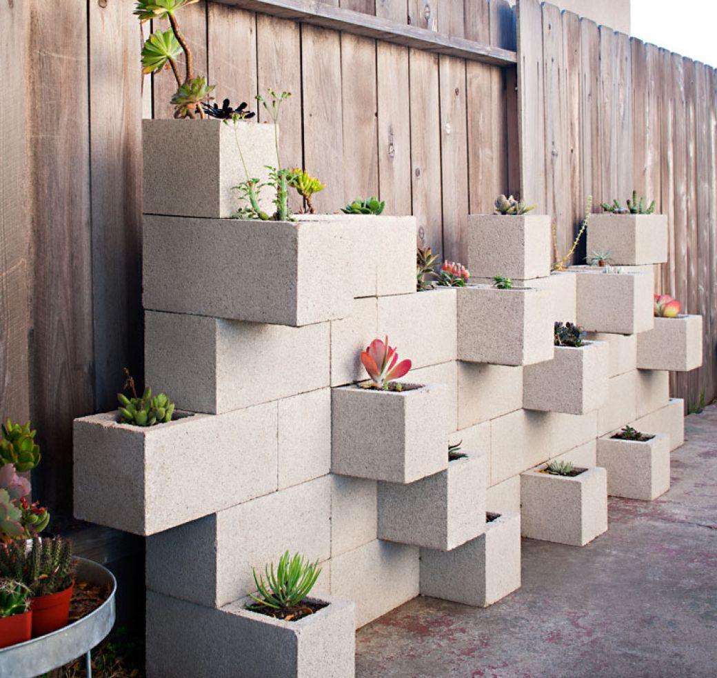 Dans le rôle des pots de fleurs - une composition inhabituelle avec des cubes de béton - deviendra une véritable propriété de la conception de votre jardin