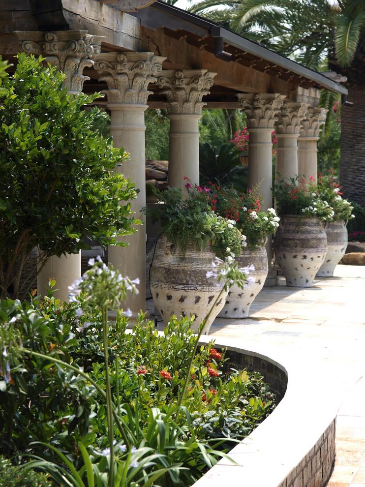 Apportant un charme, un charme et une sophistication particuliers à l'environnement du jardin, les pots de fleurs d'extérieur aideront à transformer même le coin le plus terne du jardin