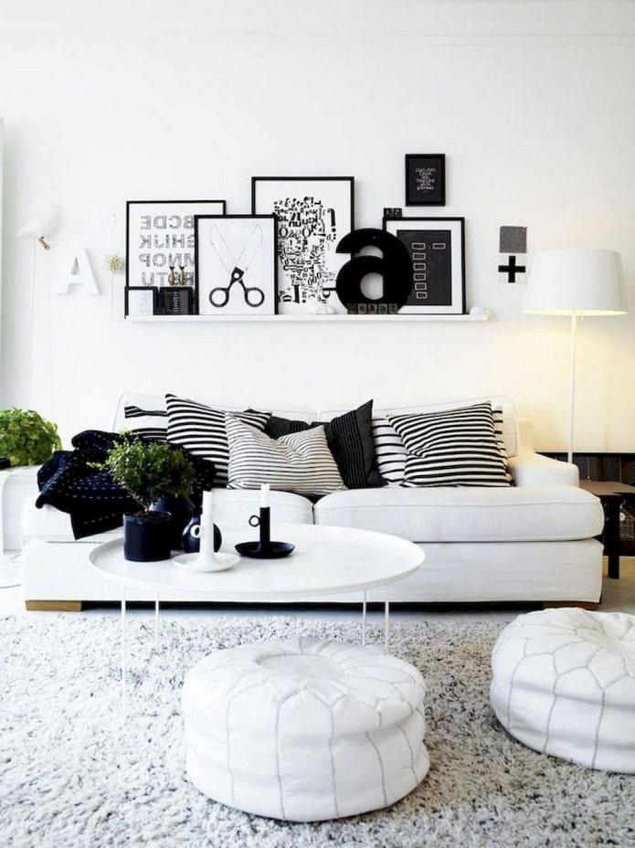 étagère avec tableaux au dessus du canapé