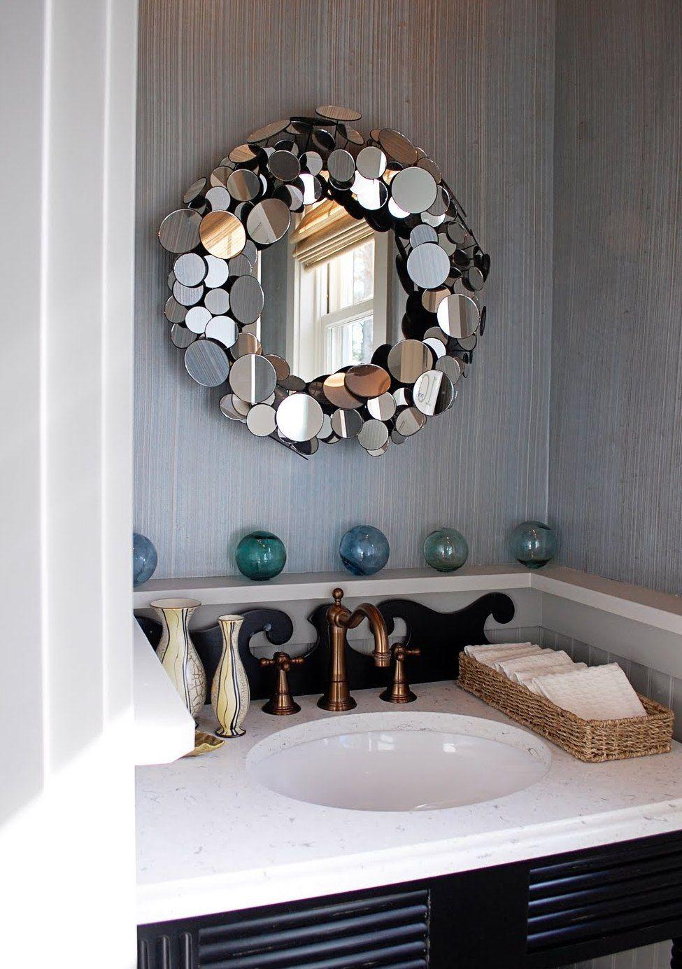 Idée créative - le cadre est confronté à de petits miroirs ronds