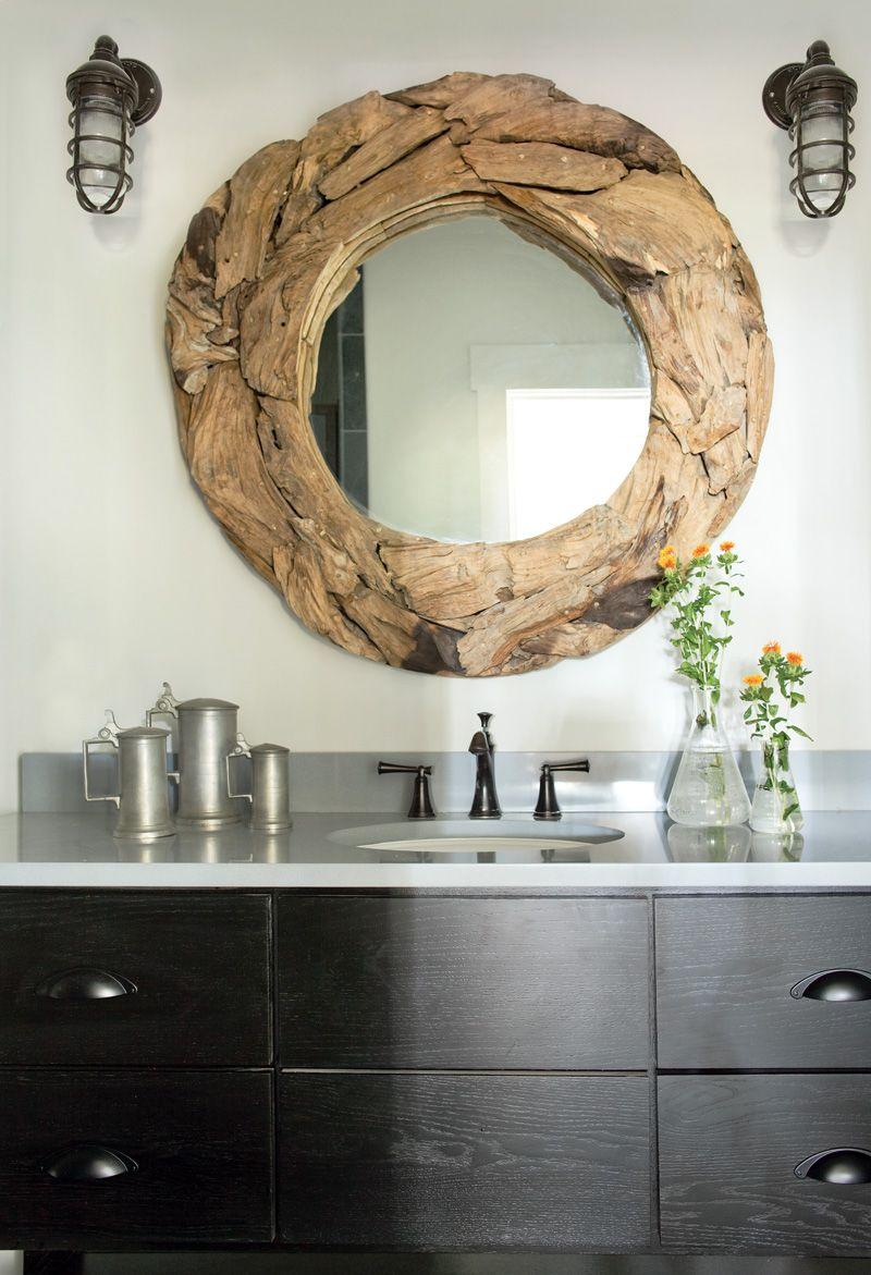 Le cadre du miroir est fait de grosse sciure de bois