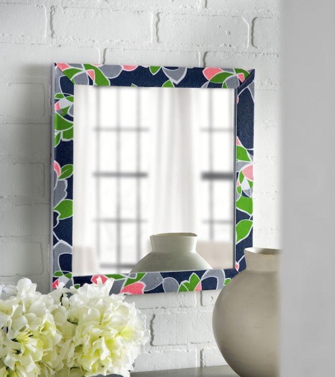 Le cadre du miroir est recouvert d'un tissu panaché brillant