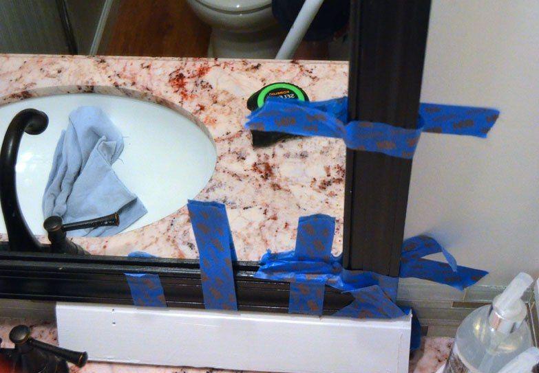 Ajustez soigneusement et soigneusement le cadre au miroir