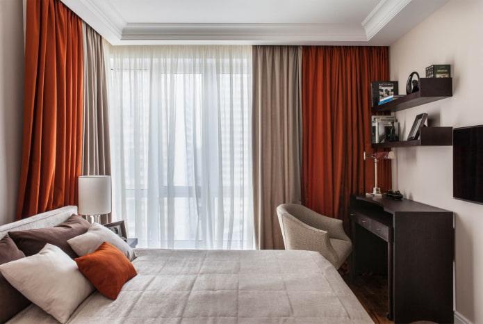 rideaux colorés dans la chambre