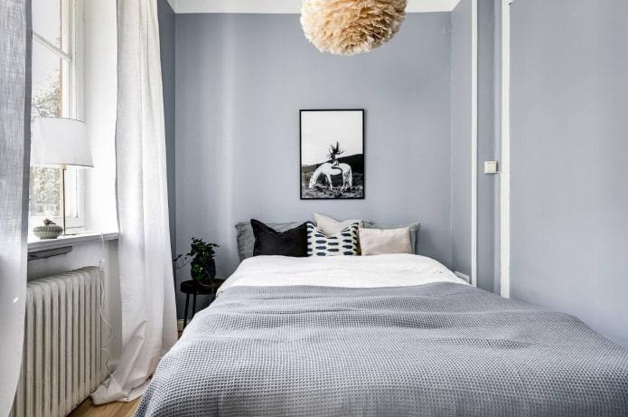 rideaux blancs dans la chambre grise