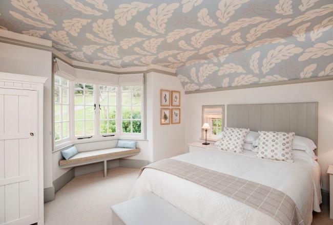 L'utilisation d'un pochoir dans le décor du plafond de la chambre