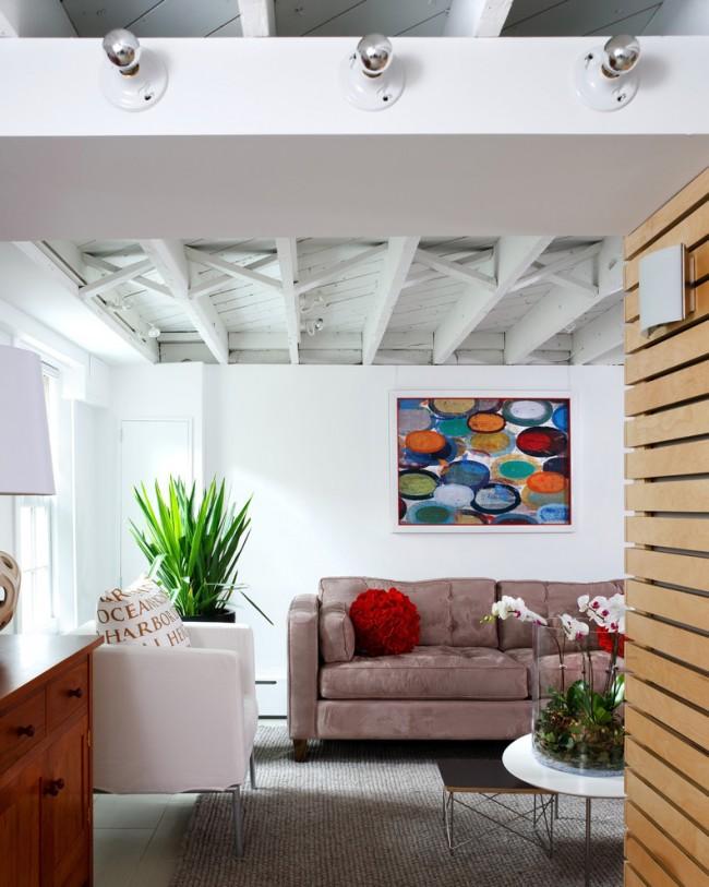 Plafond en bois peint dans un appartement de style loft