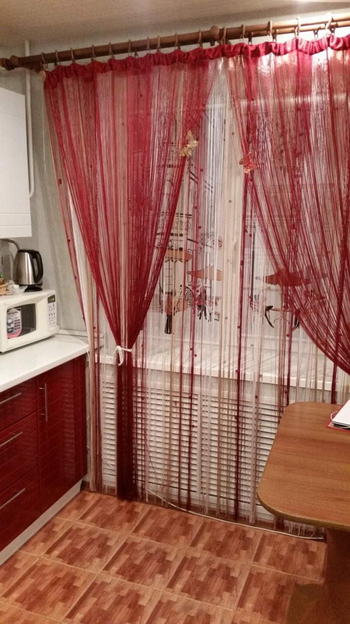 rideaux-fils à l'intérieur de la cuisine