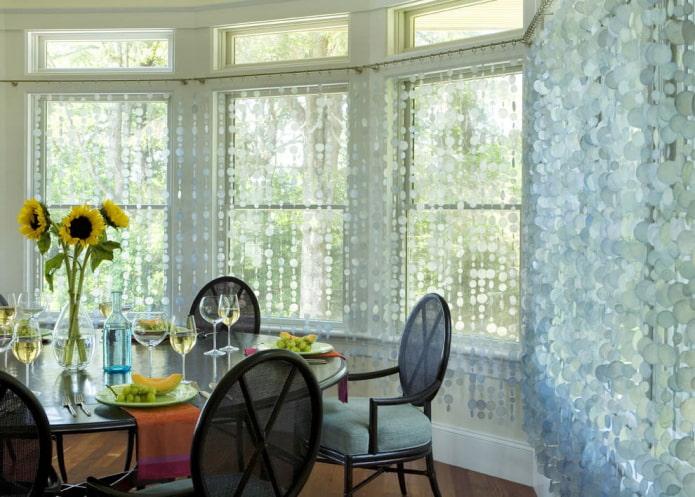 conception de rideaux de filaments à l'intérieur de la cuisine