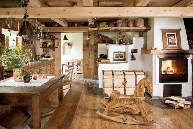 Cuisine rustique : fleurs sauvages, étagères ouvertes, cheminée et grand coffre