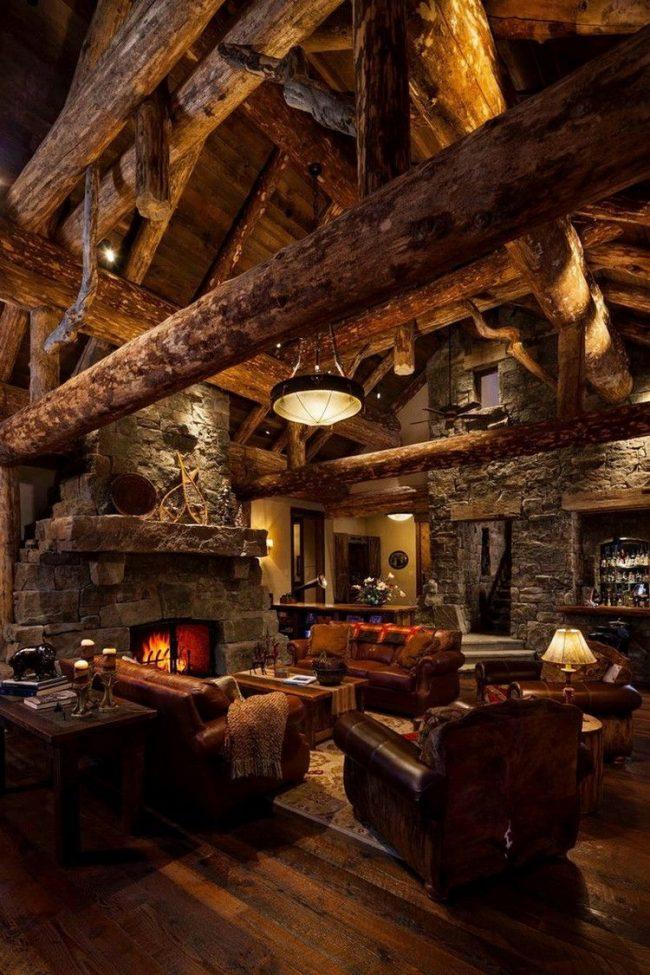 Salon d'une maison de chalet : essences de bois sombres à l'intérieur, lumières tamisées, cheminée