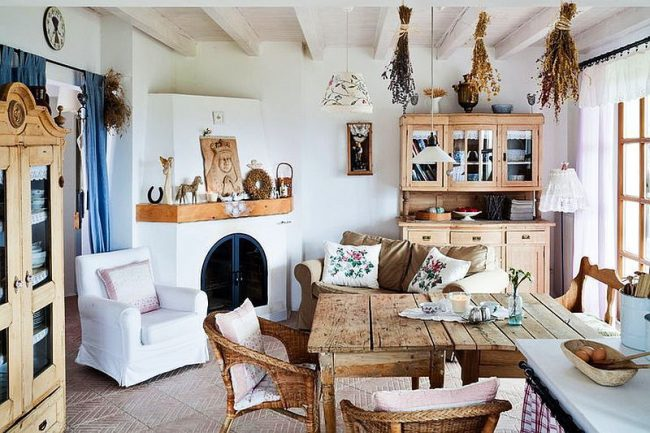 Cuisine rustique : meubles en bois, herbier, rideaux lumineux