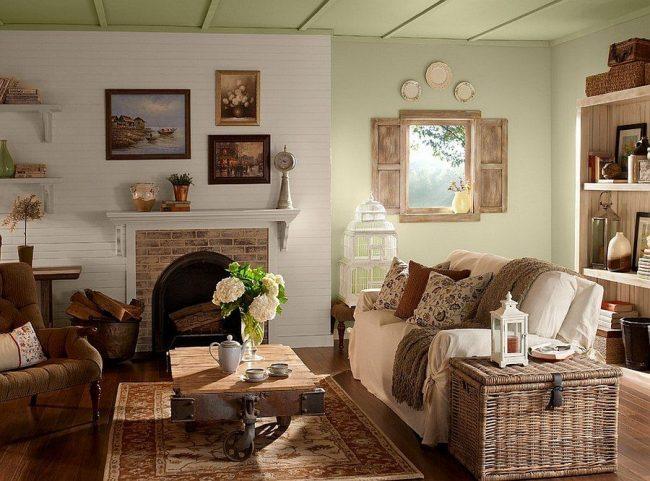 Salon rustique : meubles en bois, étagères ouvertes, coffre, cheminée, fleurs fraîches, fenêtre avec volets