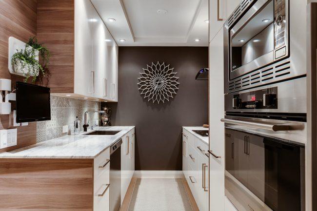 Un plafonnier ordinaire crée des ombres et un éclairage ponctuel dans une petite cuisine vous aidera à agrandir visuellement l'espace tout en rendant l'éclairage de la cuisine uniforme et diffus.
