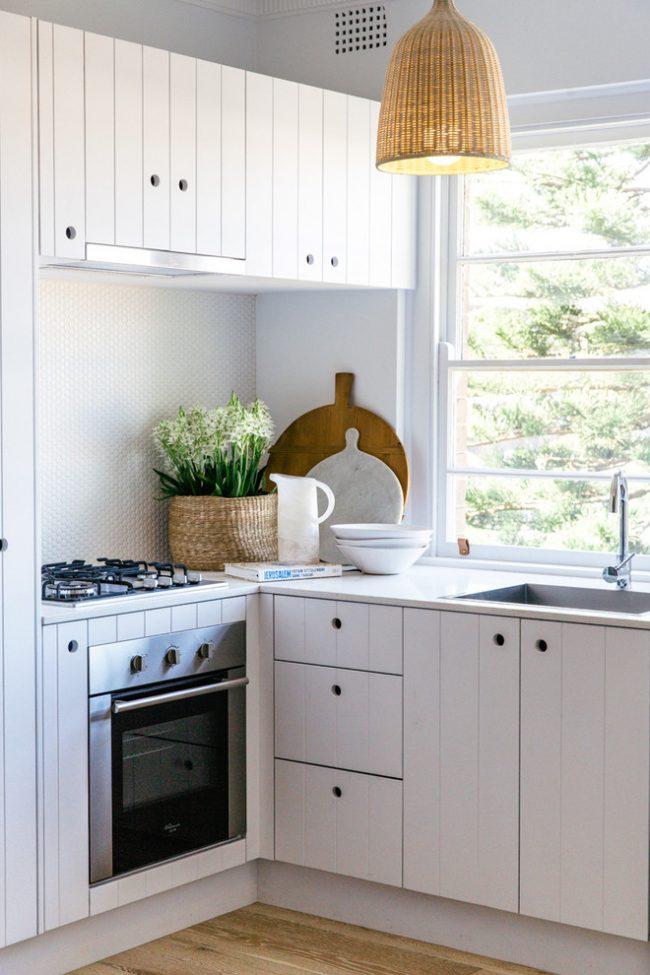 Une excellente solution de conception pour les propriétaires d'une petite cuisine sera l'utilisation maximale du blanc, une telle palette de couleurs aidera non seulement à augmenter visuellement l'espace, mais donnera également à l'intérieur un aspect plus aristocratique