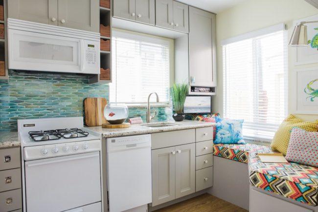 Si vous êtes propriétaire d'une cuisine avec une petite surface, vous ne devez pas prêter attention aux stéréotypes selon lesquels une petite cuisine doit être monochrome.  Même une petite cuisine peut être peinte de couleurs vives et réalisée avec un certain style.