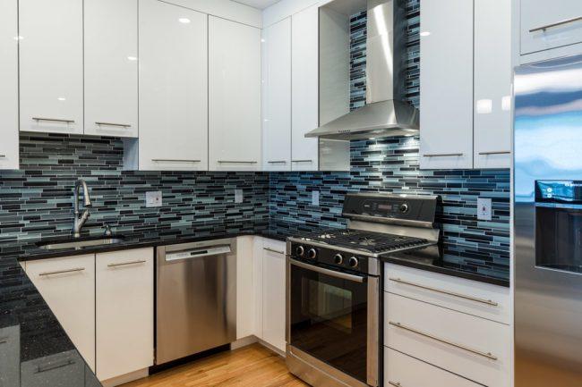 Pour qu'une petite cuisine paraisse visuellement plus grande, vous avez besoin d'autant de lumière que possible, et des surfaces brillantes qui refléteront la lumière seront également une excellente option.