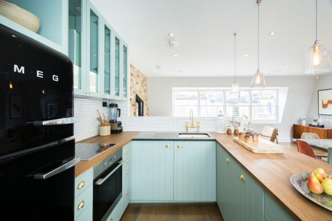 La couleur blanche des armoires de cuisine avec une disposition en forme de U est l'option de conception la plus populaire pour les cuisines modernes, mais vous ne devez pas vous limiter à ces couleurs, vous pouvez également ajouter quelques accents lumineux à votre cuisine.