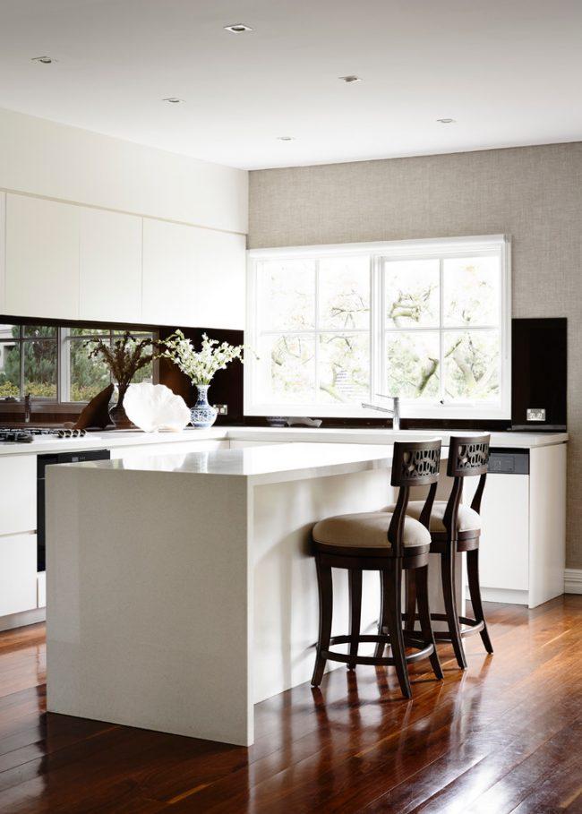 Un comptoir de bar dans la cuisine peut devenir un élément intéressant et fonctionnel d'un intérieur de maison moderne, ce qui aidera à préserver des compteurs précieux dans une petite cuisine.