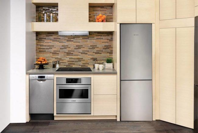 La disposition linéaire de la cuisine vous aidera non seulement à économiser considérablement de précieux mètres dans la cuisine, mais constituera également une solution élégante et, surtout, pratique.