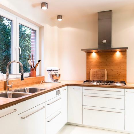 La meilleure option pour une cuisine avec une petite surface sera l'éclairage ponctuel et l'éclairage des surfaces de travail.