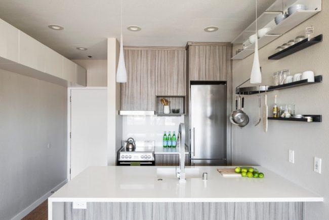 Les étagères ouvertes dans une petite cuisine seront une excellente solution de conception, car une telle conception aidera à agrandir visuellement l'espace