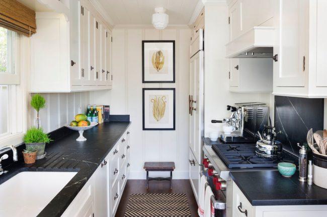 Une solution de design élégante et moderne sera la combinaison de couleurs d'une cuisine blanche avec un comptoir noir.