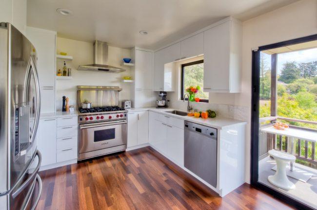Un véritable défi pour les femmes au foyer est une petite cuisine attrayante, confortable et fonctionnelle.