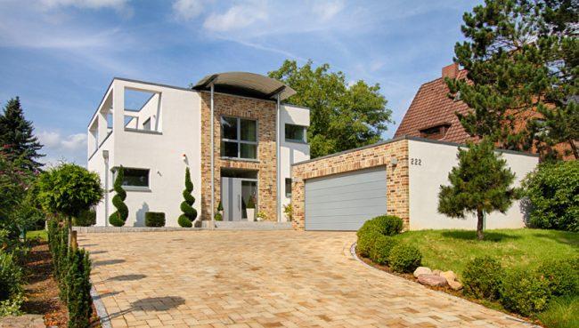 Des fragments séparés de la maison, du garage et du paysage du site sont décorés de maçonnerie bavaroise de types de briques contrastés