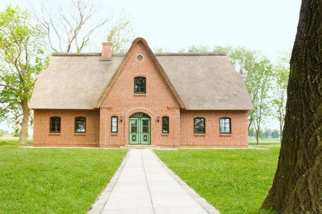 Maison symétrique soignée en brique rouge clair