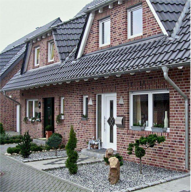 Nuances rouges confortables de brique dans la décoration d'une petite maison